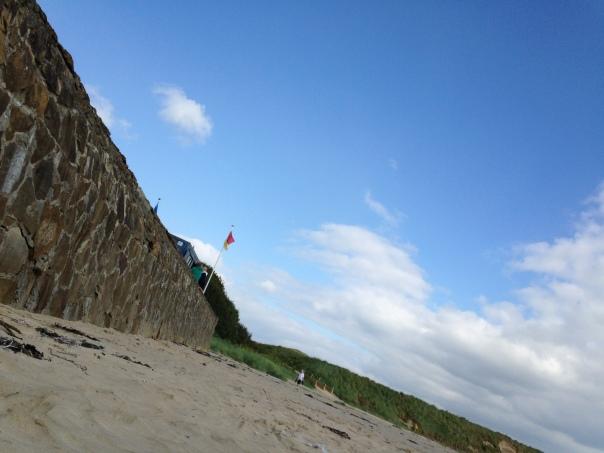 lifeguard hut, flag, beach